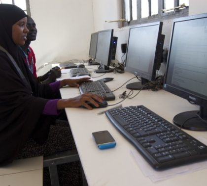 Students participating in a blended learning course at Dadaab Refugee Camp in Kenya. (© InZone)
